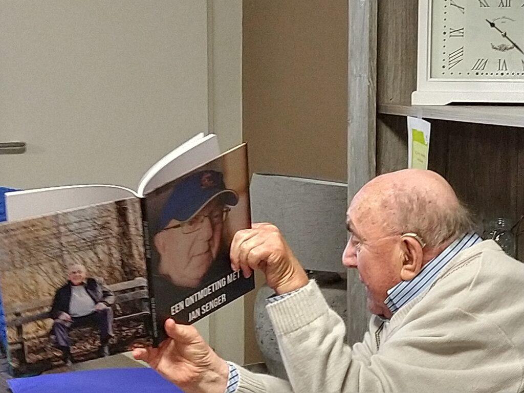 Jan laat zijn boek zien